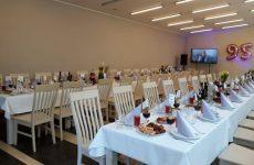 Svinību galds lielajā semināru telpā