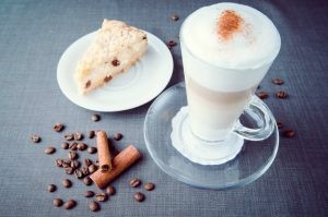 Īpašais dienas našķis ar kafiju latte