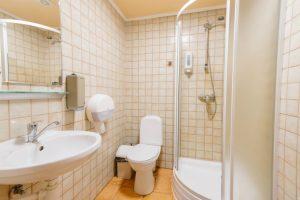Dvīņu mājas vannas istaba ar dušu
